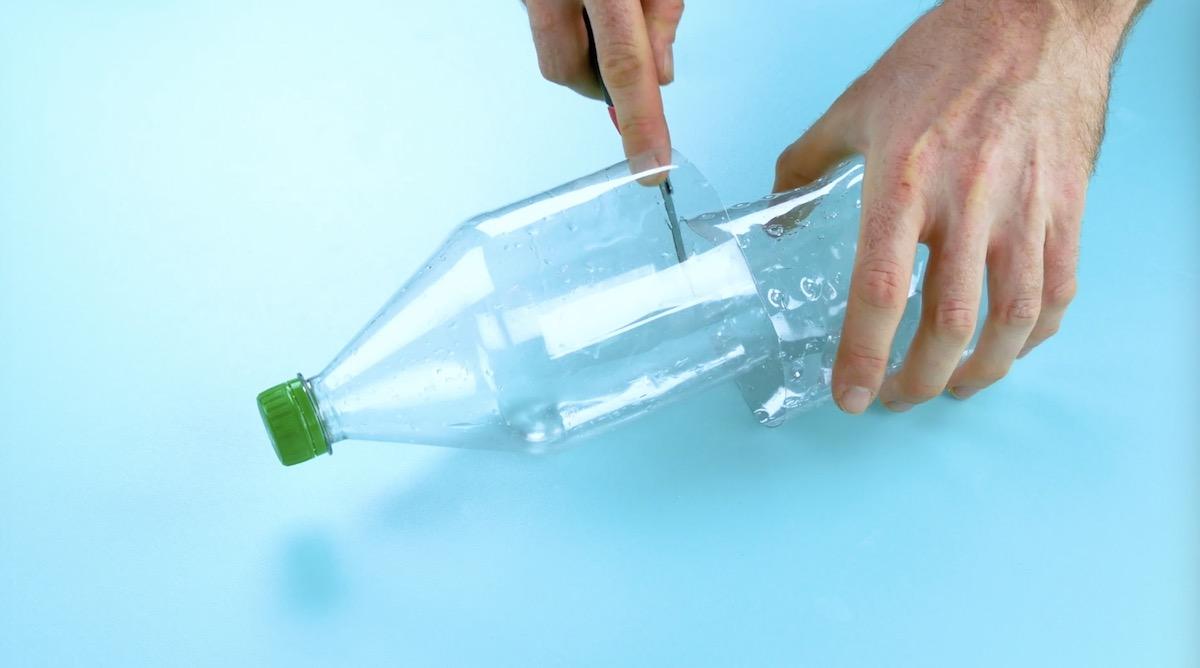 Garrafa plástica cortada ao meio