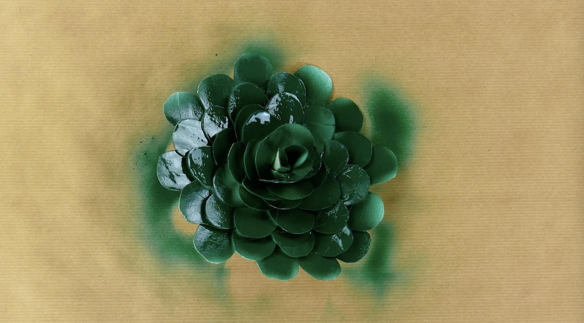 flor verde feita de rolo de papel higiênico