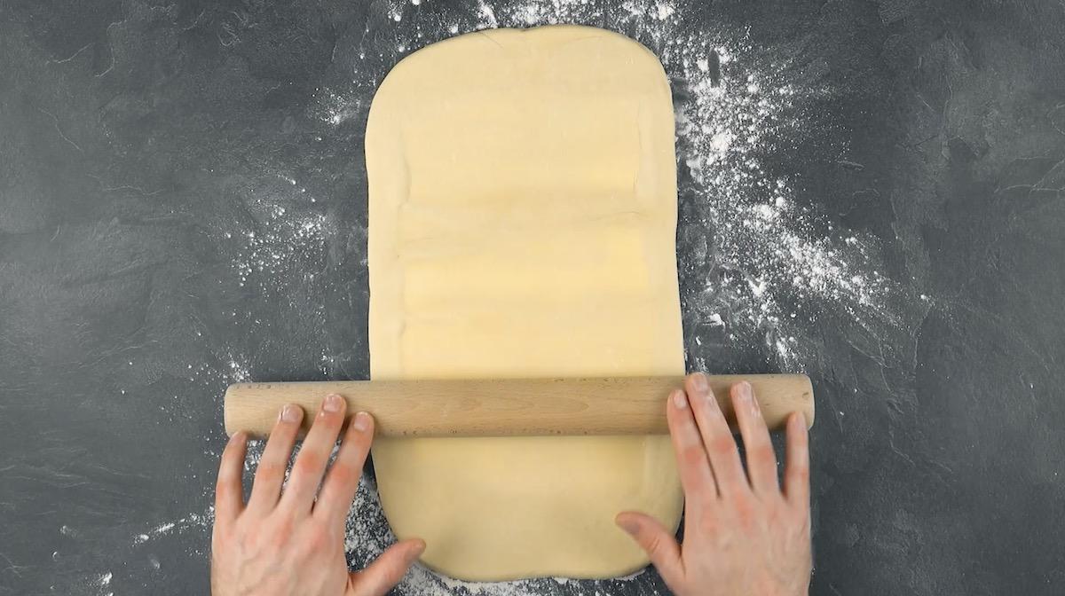 Abra a massa com a manteiga dentro usando um rolo