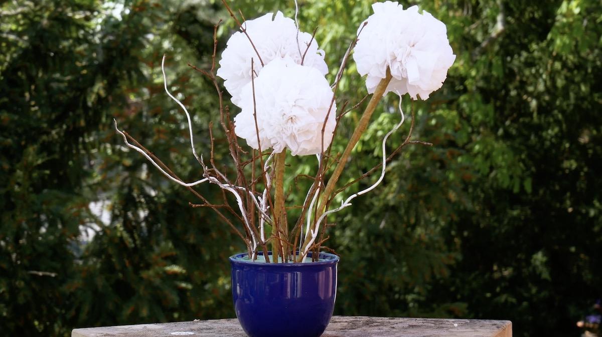 flores de papel higiênico em um vaso