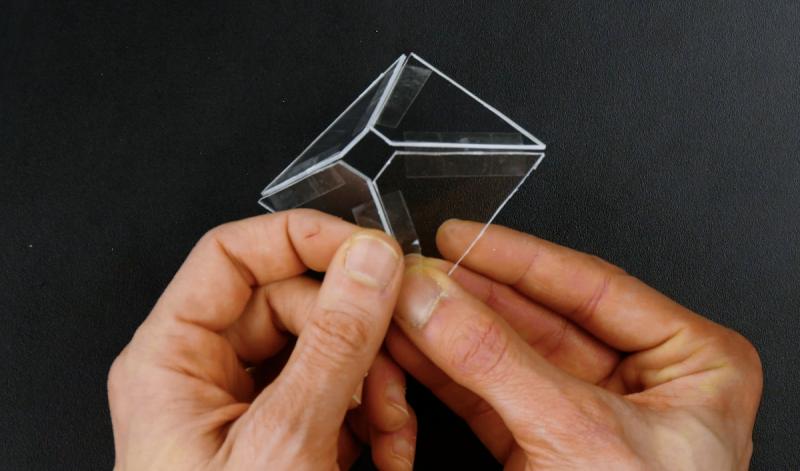 Molde de acrílico cortado em forma de pirâmide