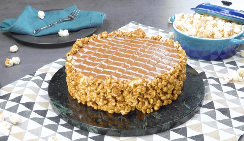Torta de pipoca caramelizada com mousse de chocolate