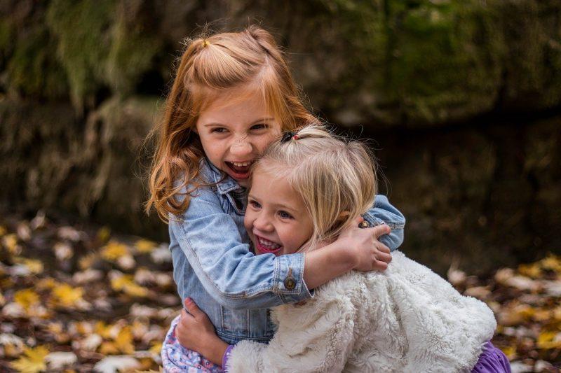 deux fillettes qui s'amusent en s'agrippant
