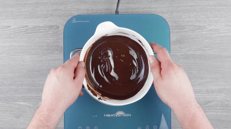 Chocolate amargo derretido em fogo baixo