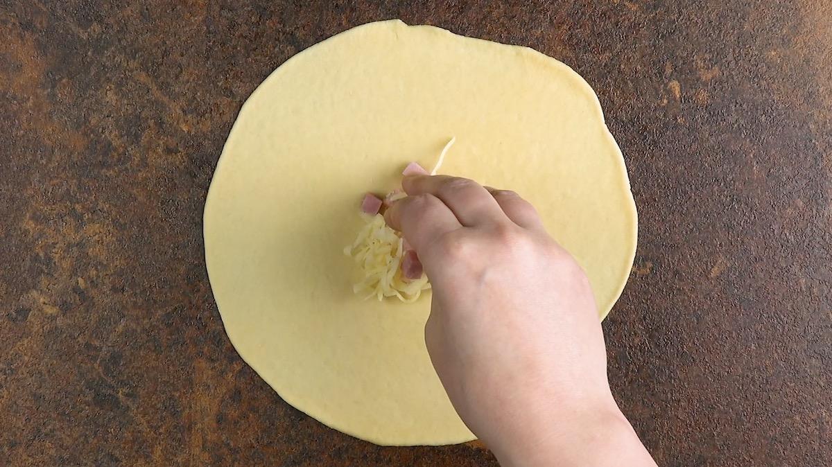 Massa com recheio de presunto e queijo
