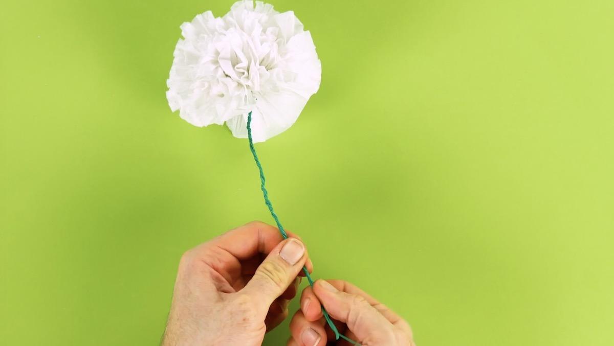 Flor grande de papel presa com arames