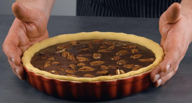 Torta de chocolate com nozes pecã em forma redonda