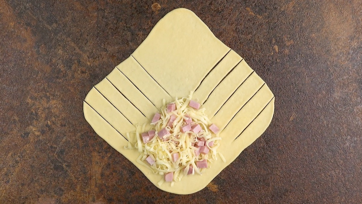 Massa cortada e recheada com queijo e presunto