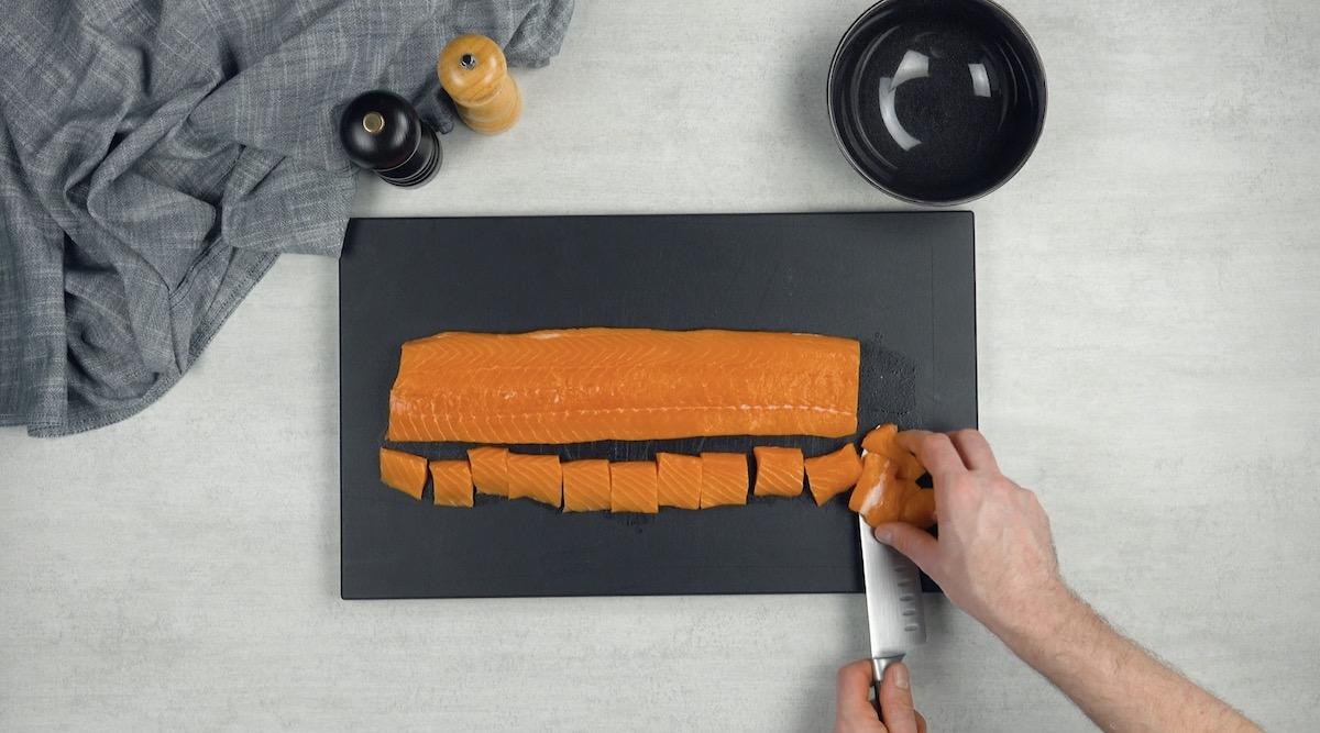 Corte o salmão em cubos e o congele por 5 minutos