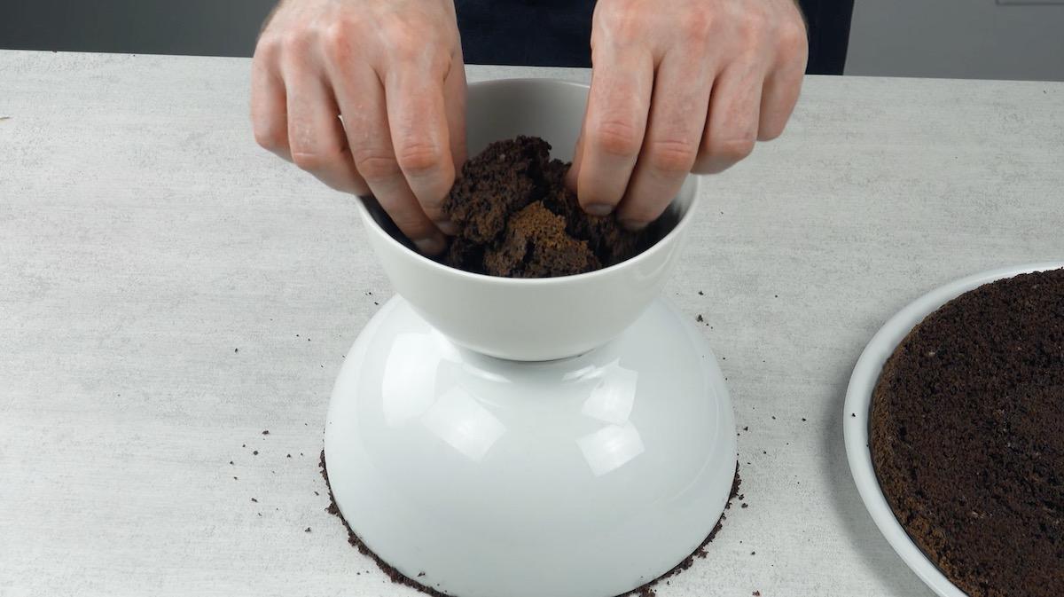 Tigela grande sobre bolo cortado; tigela pequena com sobras de bolo