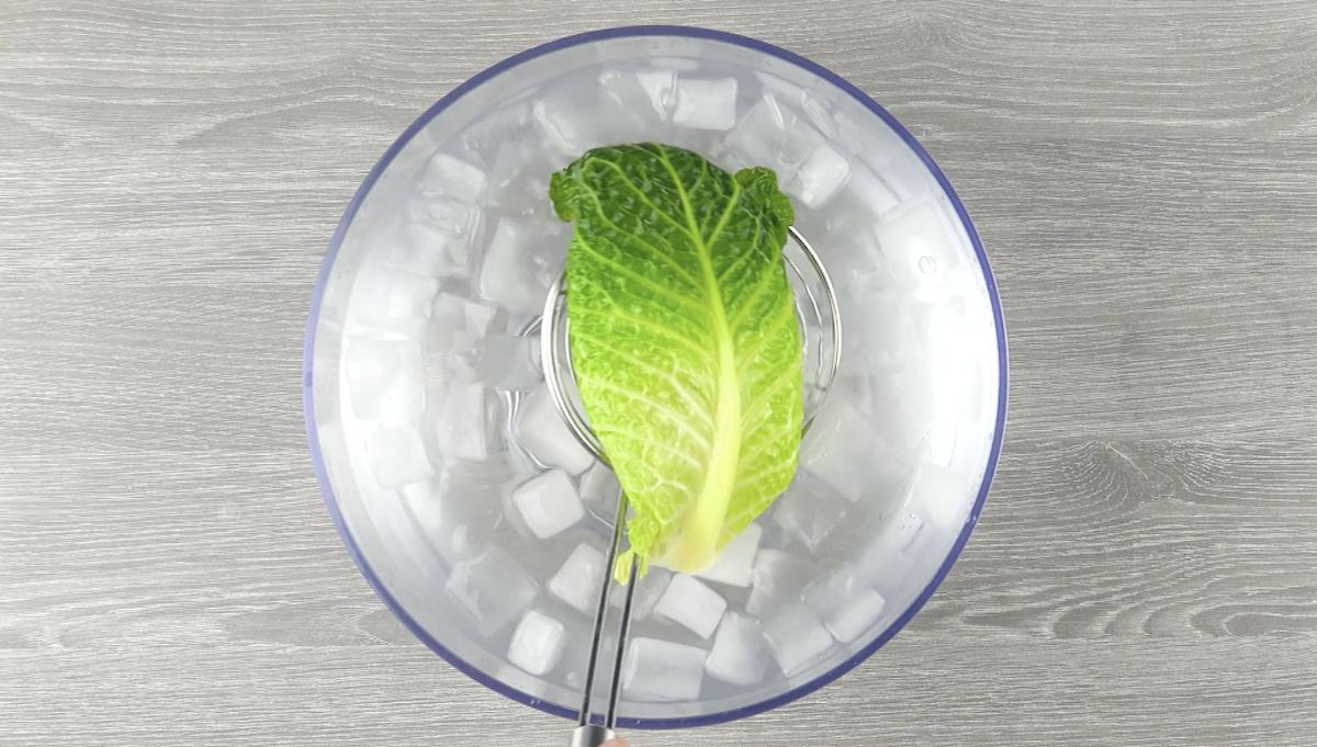 Esfrie as folhas fervidas em água com gelo
