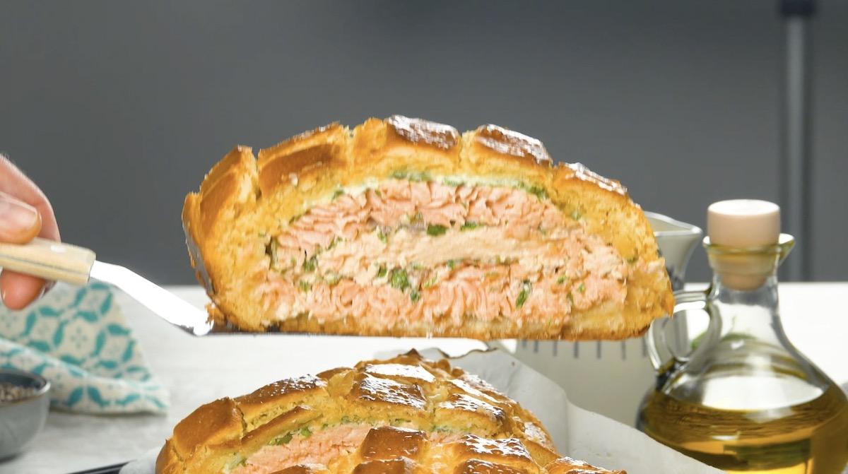Brioche de salmão cortado