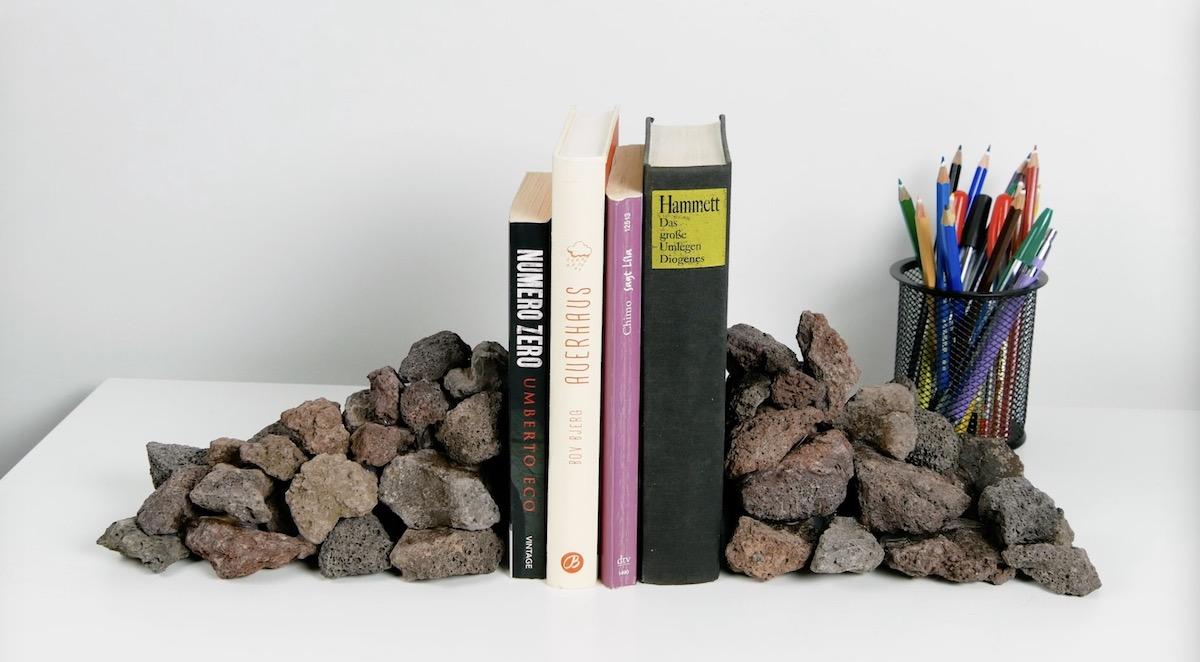 Suporte de livros feito de pedras