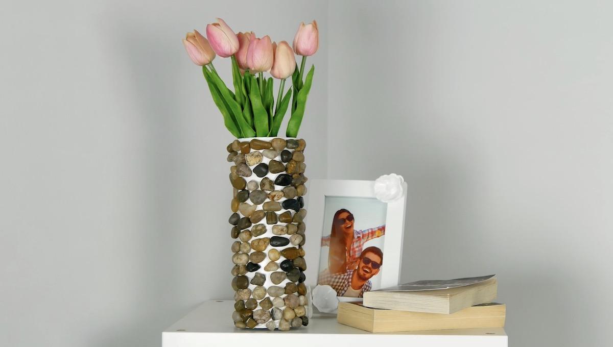 Vaso de flores feito com tubo de batata e pedra