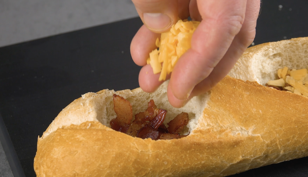 Coloque cheddar no buraco da baguete