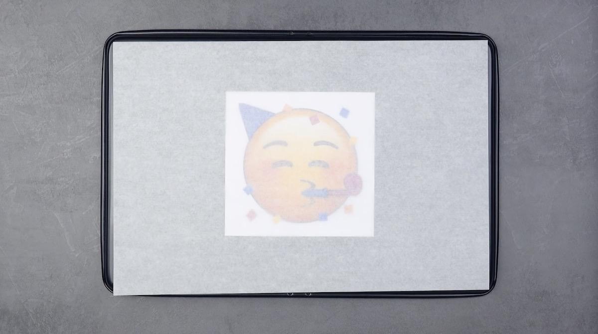 Emoji em tabuleiro coberto com papel encerado