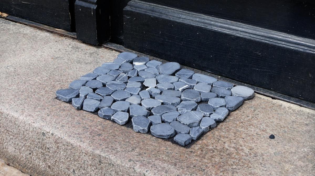 Capacho feito de pedra e material antiderrapante