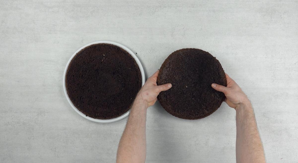 Bolo de chocolate cortado ao meio, horizontalmente