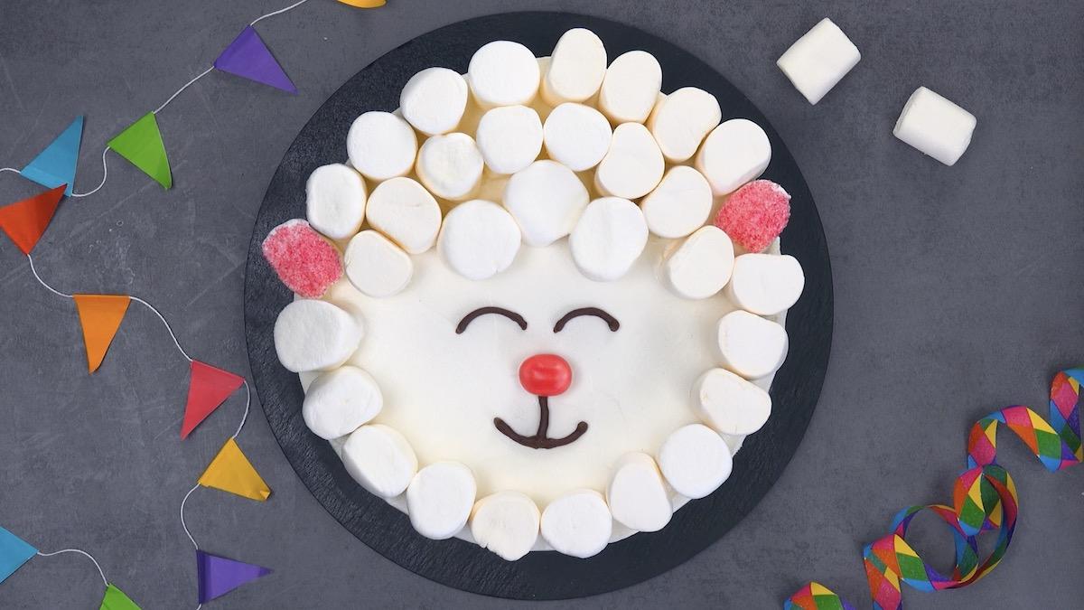 Bolo em forma de ovelha com marshmallows
