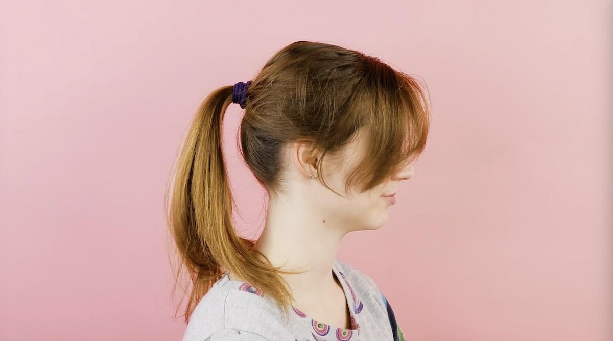 Prendedor de cabelo feito com tira de meia