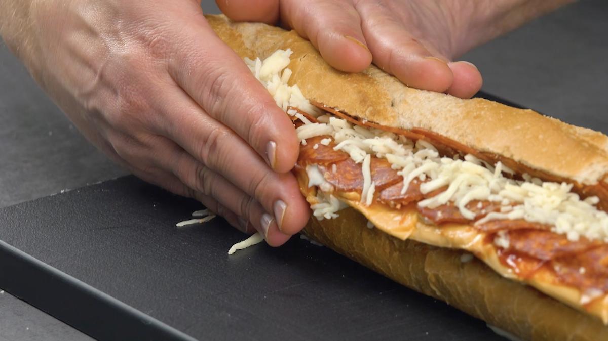 Recheie a baguete com salame, queijo, maionese e ketchup