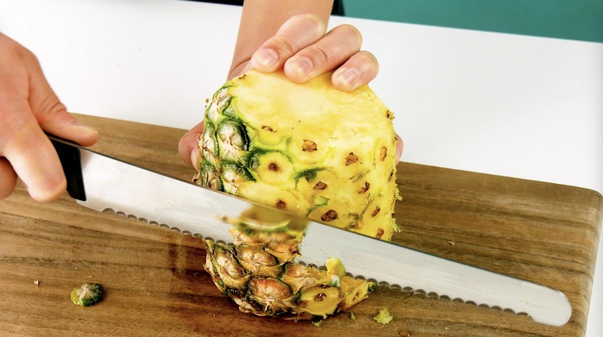 Corte a casca do abacaxi