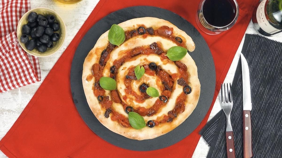 Pizza pronta decorada com manjericão