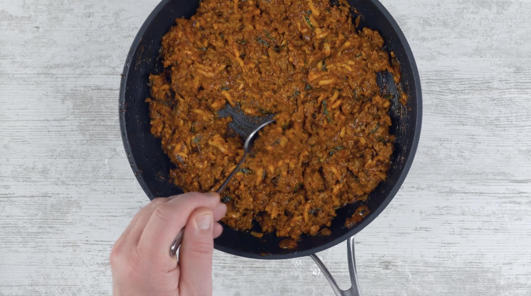 Misturar os ingredientes à carne moída para o molho à bolonhesa