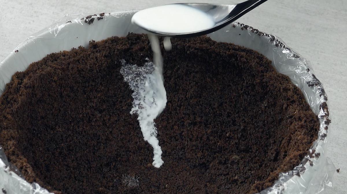 Umedeça o bolo com leite