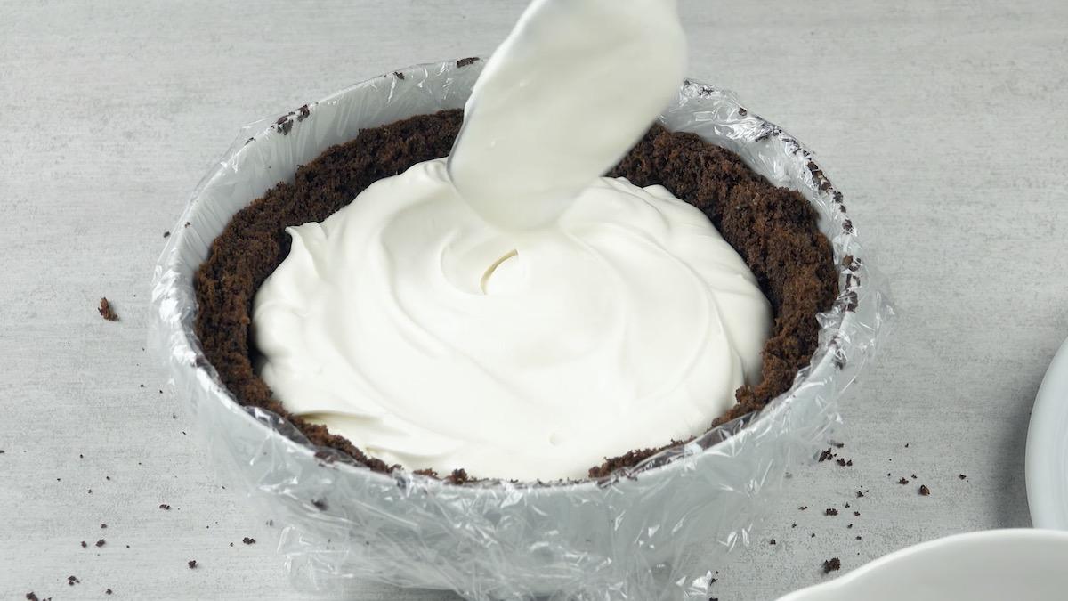 Cubra o bolo com o creme de chocolate branco