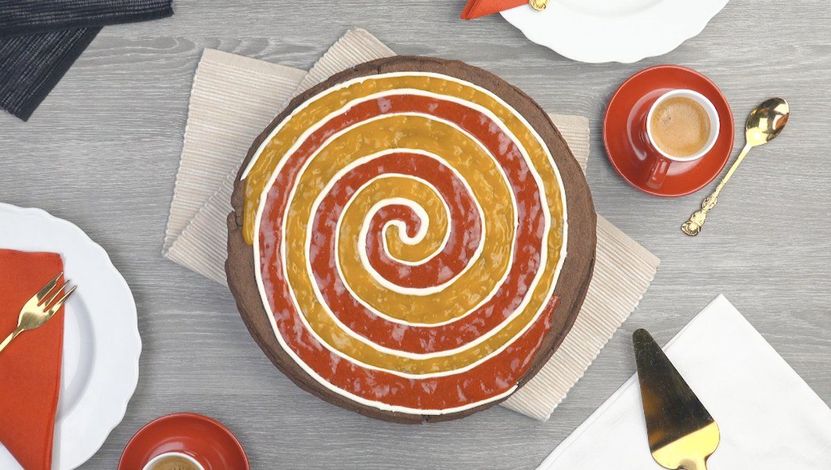 Torta em espiral com recheio e purê de manga e morango