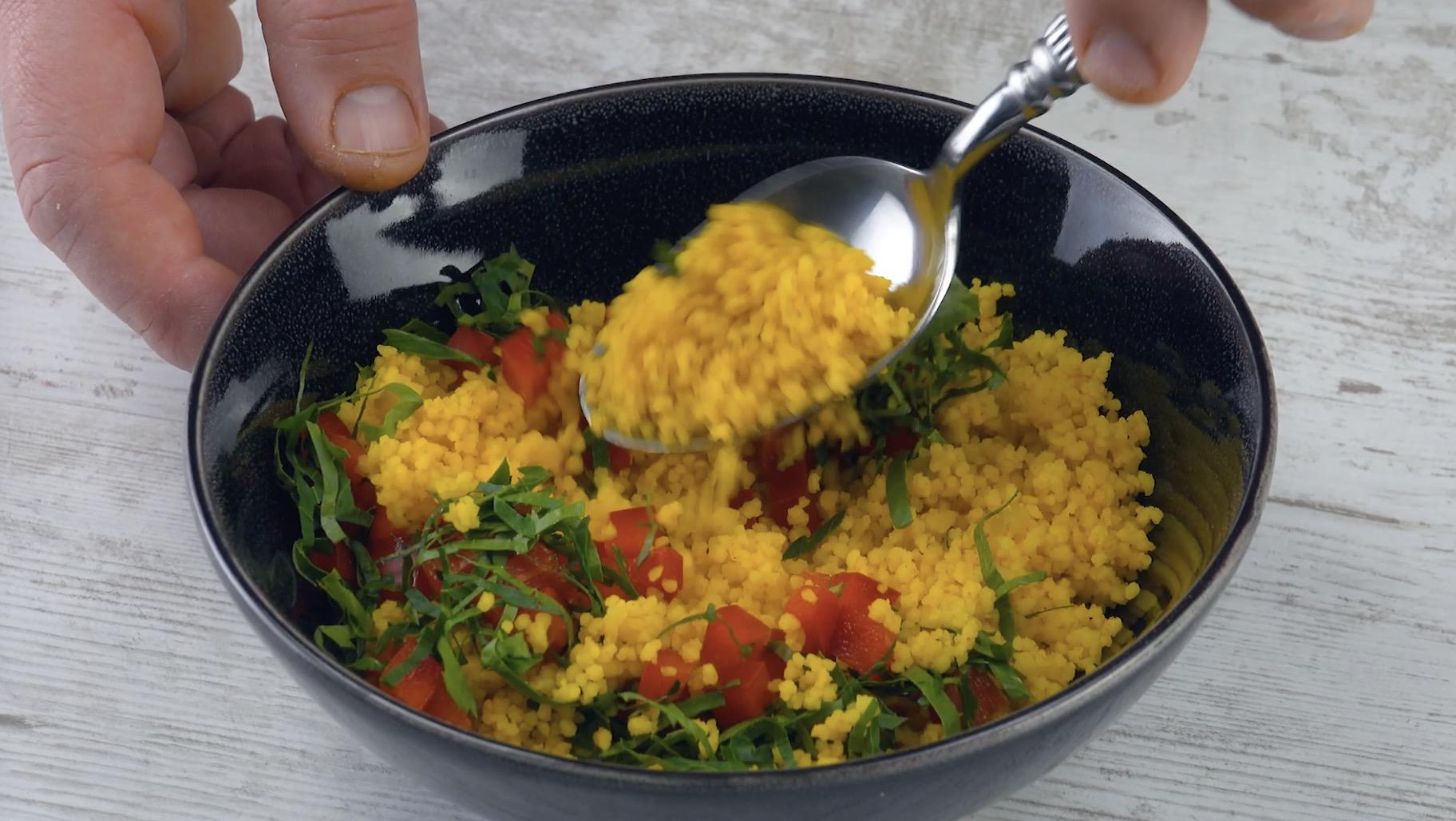 Misture o cuscuz com pimentão e salsa