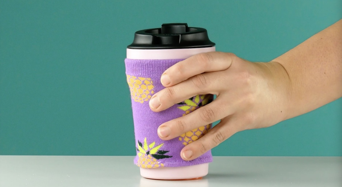 Meia como proteção para copos de bebidas quentes