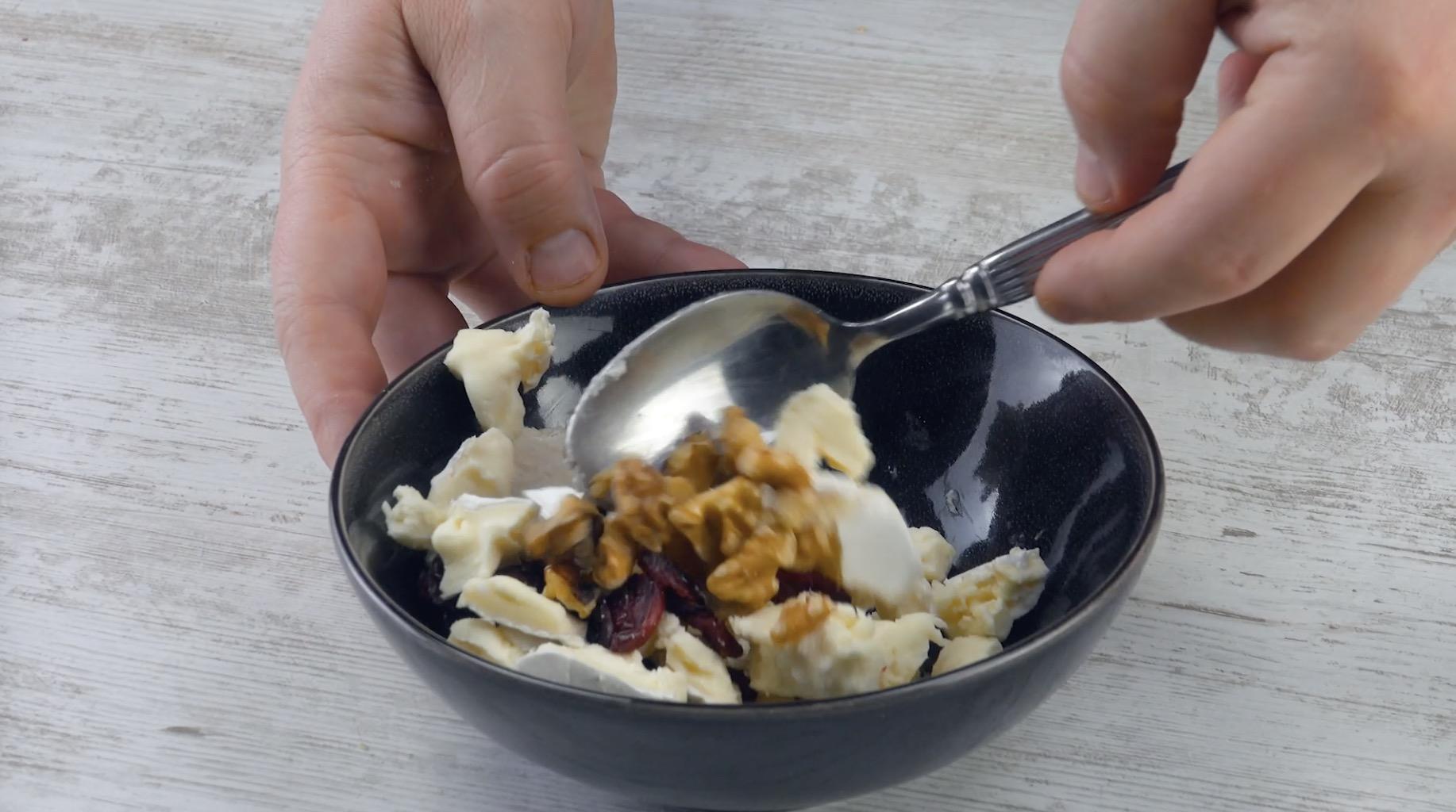 Misture o camembert com nozes e cranberries
