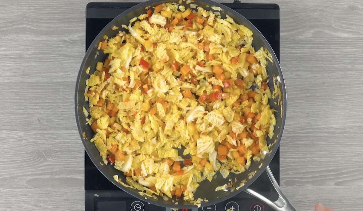 Frite os vegetais picados e temperados