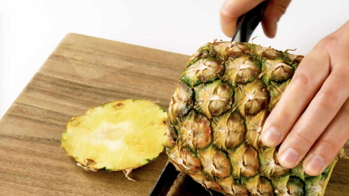 Corte as extremidades do abacaxi