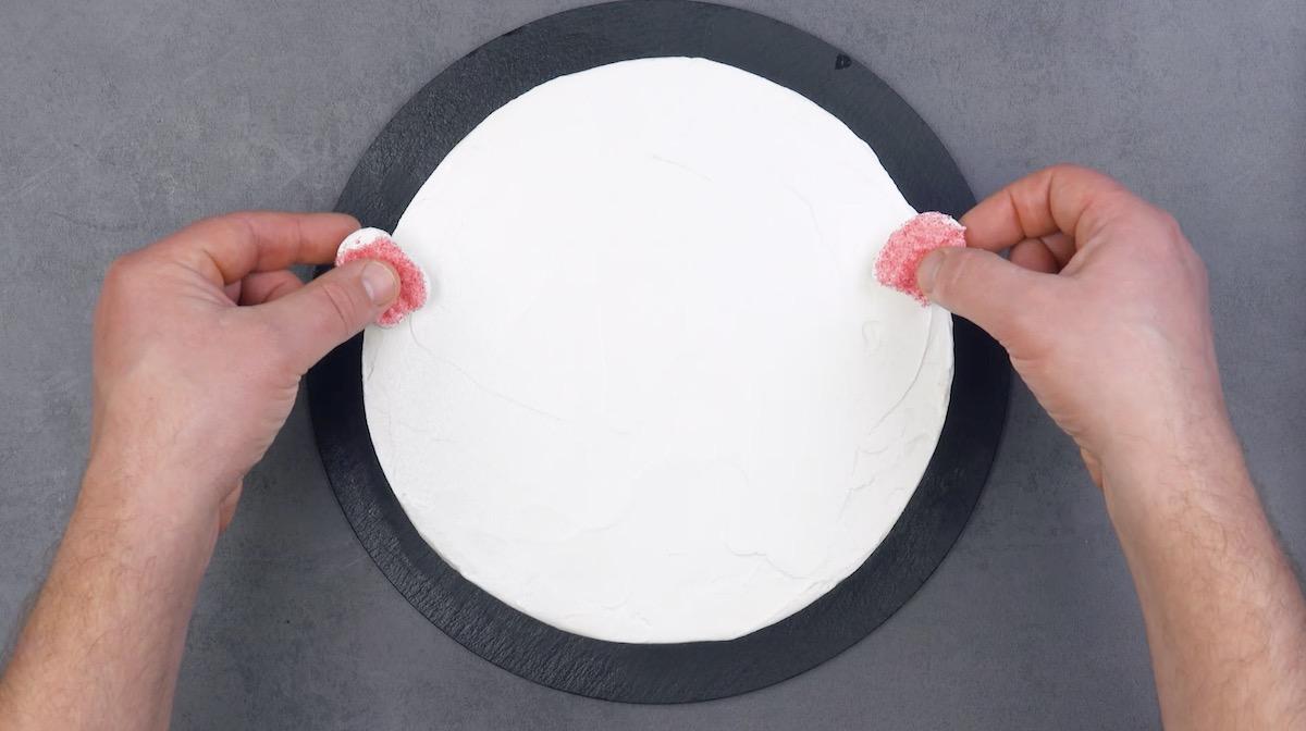 Bolo branco com metades de mashmallow com açúcar colorido
