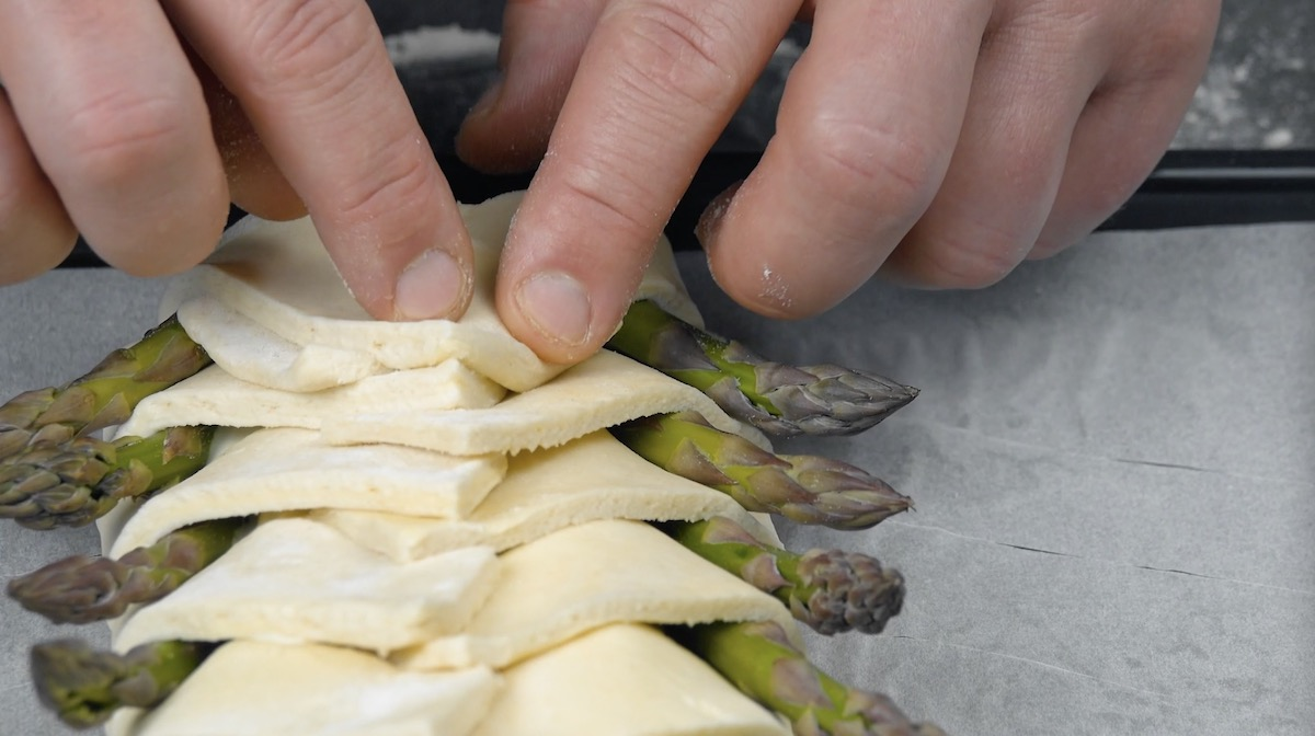 Dobre a massa sobre os aspargos
