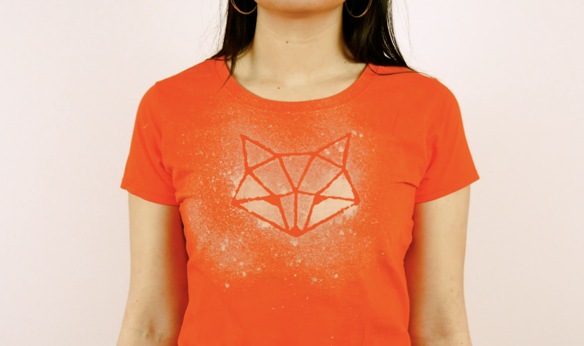 Design de camiseta com alvejante e desenho de cola quente