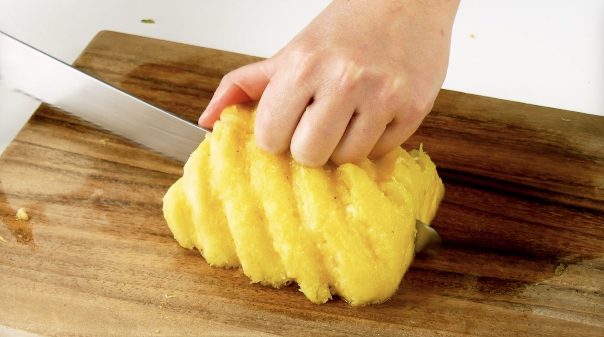 Corte as metades do abacaxi ao comprido