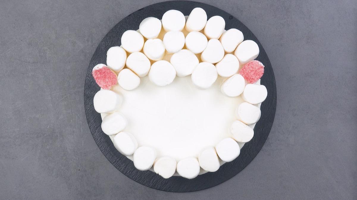 Bolo coberto quase inteiramente com marshmallows