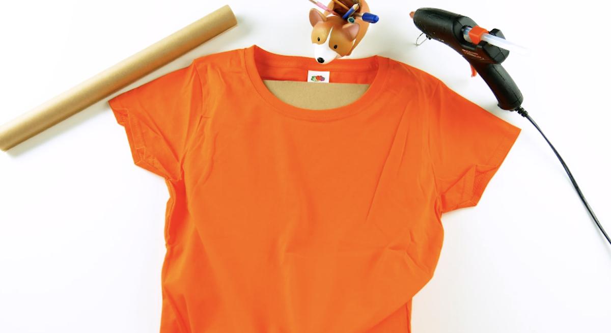Coloque um pedaço de papelão dentro da camiseta