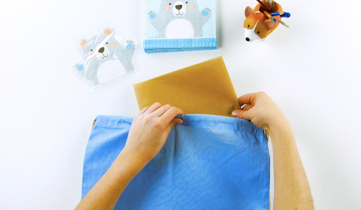 Coloque o papel pergaminho dentro do tecido a sem impresso