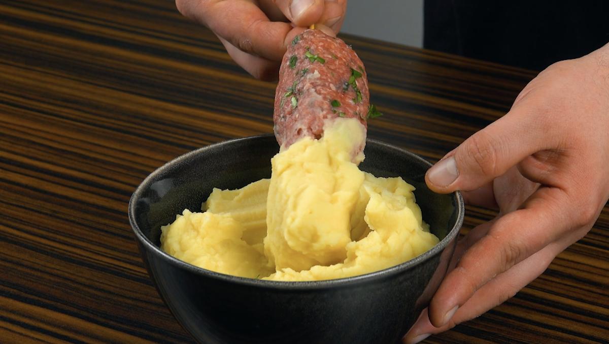 passe a ponta com queijo no purê de batatas