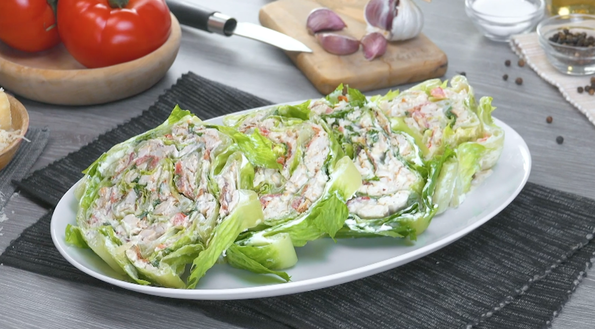 rolo de salada caesar com frango