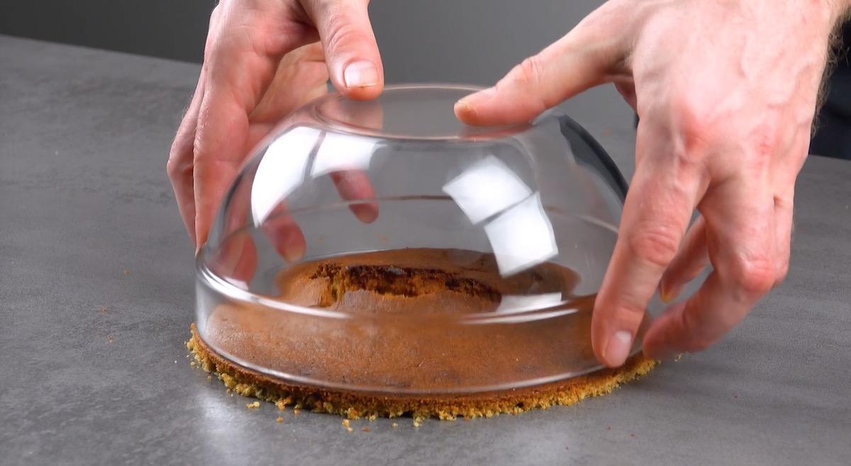 use uma tigela para servir de molde na hora de cortar a borda