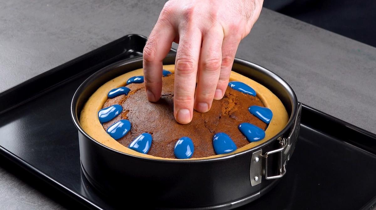 pressione o topo do bolo sobre a cobertura