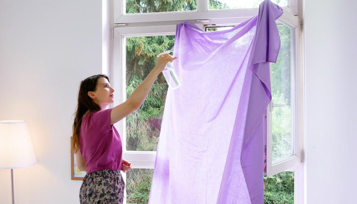 Borrife um lençol com água