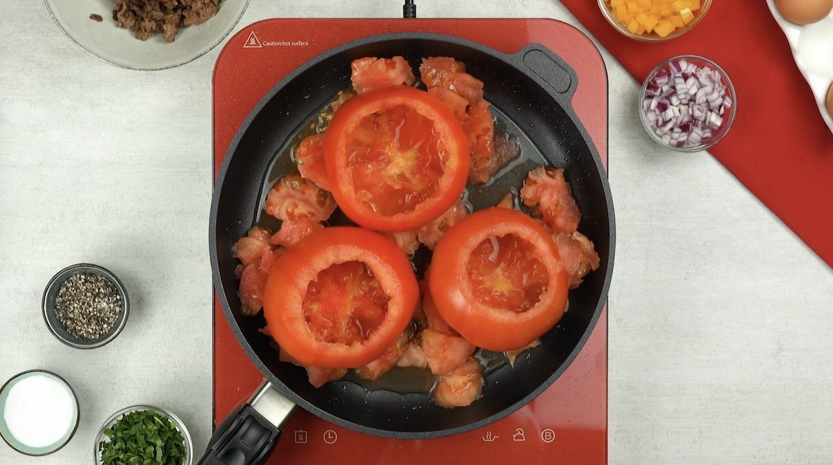 Tomates ocos e polpa em panela com óleo
