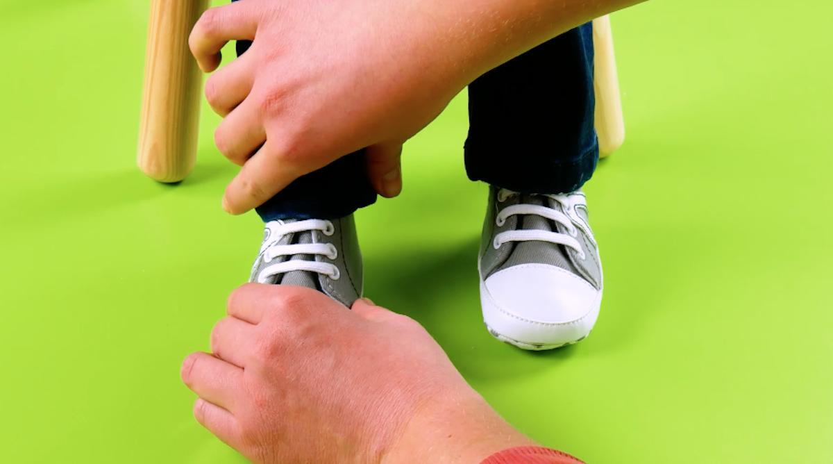 Cole sapatos infantis ao jeans